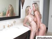 Blonde Stiefmutter in blonde Stieftochter